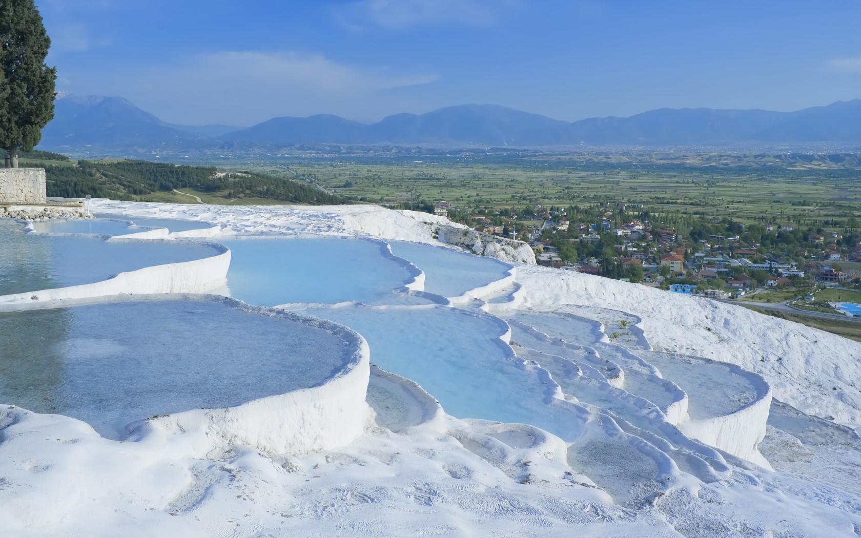 「幻想的な綿の城パムッカレ」(トルコ)