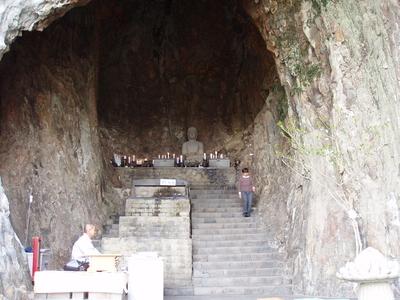 「天然洞窟を利用した寺」(韓国・済州島)