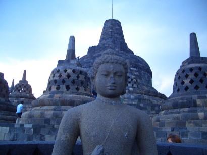 「 世界最大の仏教寺院遺跡・ボロブドゥール」 (インドネシア)